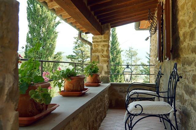 kamenná veranda, židle, kytky