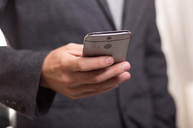 mobil v ruce podnikatele.jpg