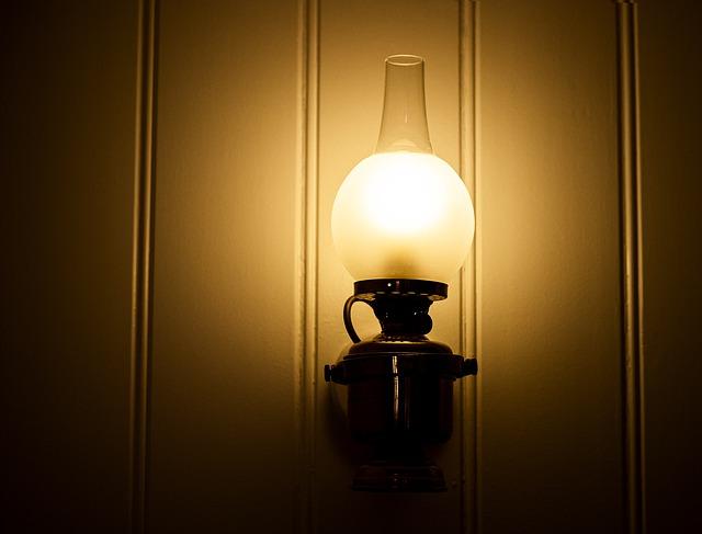 nástěnné svítidlo ve tvaru lampy.jpg