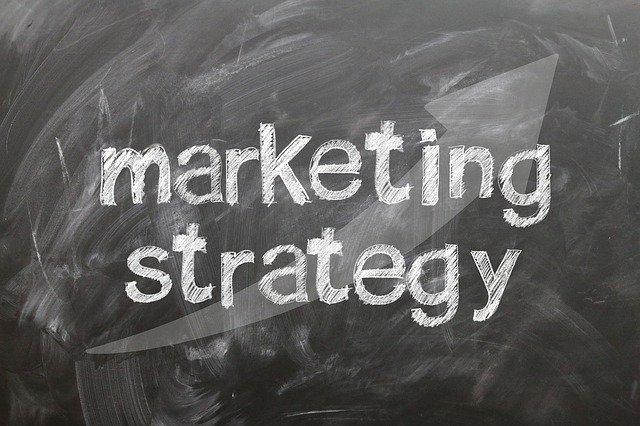"""tabule s nápisem """"Marketingové strategie"""""""